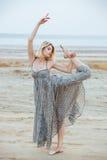 Bello ballerino grazioso della giovane donna sulla spiaggia Fotografia Stock Libera da Diritti