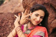 Bello ballerino indiano della donna in abbigliamento tradizionale immagine stock libera da diritti