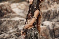 Bello ballerino tribale della donna a fondo di pietra all'aperto Fotografia Stock