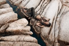 Bello ballerino tribale della donna sulle pietre all'aperto Fotografia Stock
