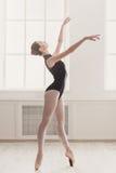 Bello ballo della ballerina su pointe, balletto classico Immagini Stock Libere da Diritti