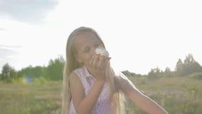 Bello, bambina che mangia brownie archivi video