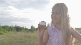Bello, bambina che mangia brownie stock footage