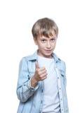 Bello bambino allegro che porta una camicia blu alla moda che mostra i thums su Immagini Stock Libere da Diritti