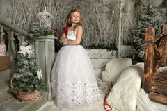 Bello bambino biondo della ragazza in un vestito bianco astuto nelle decorazioni di Natale Fotografie Stock Libere da Diritti