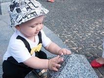 Bello bambino che cammina con sua madre su una festa della città Farfalla e cappuccio alla moda vestiti del bambino Fotografie Stock