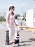 Bello bambino che cammina con sua madre su una festa della città Farfalla e cappuccio alla moda vestiti del bambino Fotografie Stock Libere da Diritti