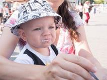 Bello bambino che cammina con sua madre su una festa della città Ragazzo che mangia la panna acida della minestra la via Bambino  Fotografia Stock