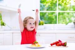 Bello bambino che mangia pasta fotografia stock libera da diritti