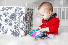 Bello bambino che si siede e che gioca giocattolo bedroom Il concetto della C fotografia stock libera da diritti