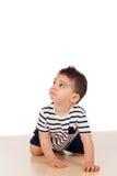Bello bambino che striscia sul pavimento Fotografie Stock Libere da Diritti