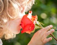 Bello bambino con il fiore fotografia stock