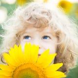 Bello bambino con il girasole fotografie stock libere da diritti