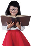 Bello bambino con un libro in studio Immagini Stock