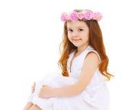 Bello bambino della bambina con la corona dei fiori sulla testa fotografia stock