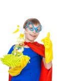 Bello bambino divertente vestito come pulizia del supereroe Immagine Stock