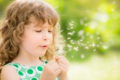 Bello bambino in primavera fotografia stock