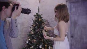 Bello biondo ad un tiro di foto di Natale archivi video