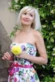 Bello biondo con il fiore giallo fotografie stock libere da diritti