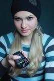 Bello blonde in cappello nero con la scheda fotografie stock