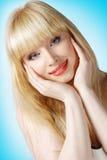 Bello blonde con le mani sulla guancica immagini stock libere da diritti