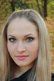 Bello blonde in foresta fotografie stock libere da diritti