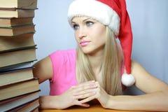 Bello blonde in hubcap rosso con i libri Fotografie Stock Libere da Diritti