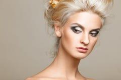 Bello blonde sui precedenti bianchi Fotografia Stock Libera da Diritti