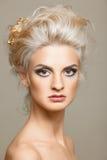 Bello blonde sui precedenti bianchi Fotografie Stock Libere da Diritti