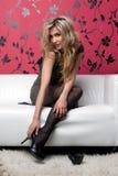 Bello blonde sul sofà fotografie stock