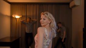 Bello blondie nel dancing nel club video d archivio