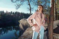 Bello blu sexy del cappotto della lana del cashmere di colore di rosa di usura di donna Fotografie Stock Libere da Diritti