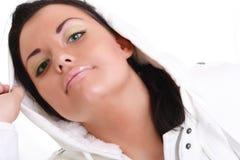 Bello brunette in cappuccio. Fotografia Stock Libera da Diritti