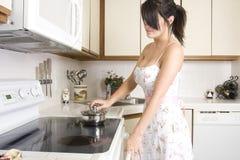 Bello brunette che lavora nella cucina Fotografia Stock