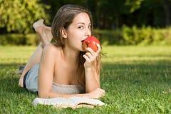 Bello brunette che studia all'aperto. Fotografia Stock