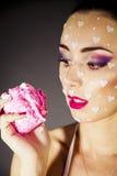 Bello brunette del ritratto che mangia torta Fotografia Stock