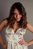 Bello brunette sorridente in un vestito Immagine Stock