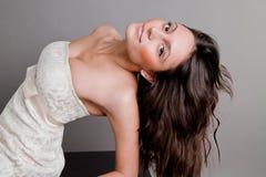 Bello brunette sorridente in un vestito Fotografia Stock Libera da Diritti