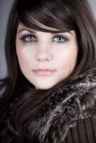 Bello Brunette teenager in cappotto di inverno immagine stock