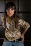 Bello brunette in un rivestimento dorato Fotografie Stock Libere da Diritti