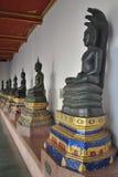 Bello Buddha con un naga sopra il suo dirige la statua in tempio Bangkok Tailandia Immagine Stock