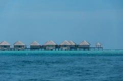 Bello bungalow sbalorditivo dell'acqua nel mare in Maldive Fotografie Stock Libere da Diritti