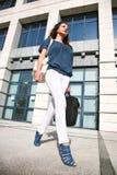 Bello camminare della giovane donna Immagini Stock Libere da Diritti