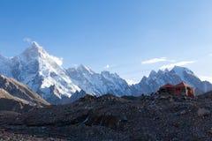 Bello campeggio con la gamma di Karakoram nel fondo fotografia stock libera da diritti
