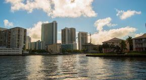 Bello canale navigabile con le grandi costruzioni nel fondo immagine stock