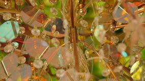 Bello candeliere a cristallo d'annata in una stanza stock footage