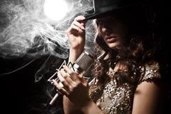 Bello cantante in vestito con il microfono dello studio Fotografia Stock Libera da Diritti