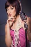 Bello canto del cantante con un retro microfono Fotografia Stock Libera da Diritti