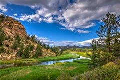 Bello canyon con attraversare del fiume Fotografie Stock Libere da Diritti