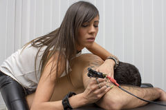 Bello capolavoro professionale sexy del tatuaggio sul corpo umano Immagini Stock